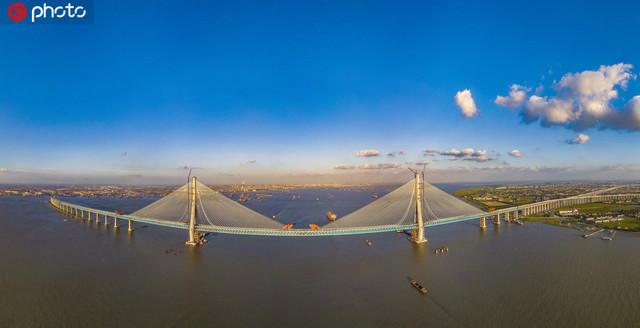 世界首座主跨超千米的沪通长江大桥全桥合龙