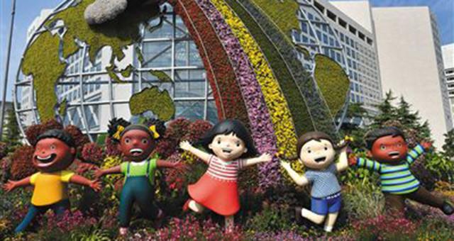 长安街12处国庆花坛展现历史成就