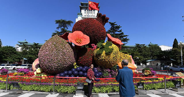 迎国庆北京长安街沿线立体花坛亮相