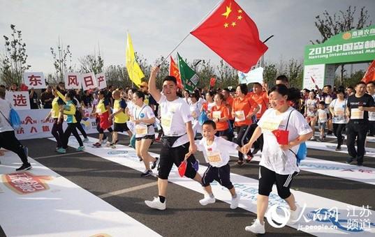 南通国际马拉松鸣枪开赛 奥运冠军领跑