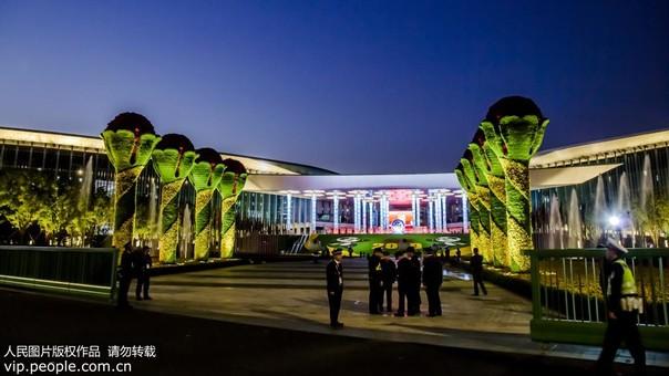 上海:进博会开幕前的璀璨之夜