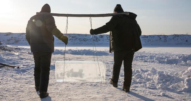 黑龙江漠河取冰现场 250人取出2500余块冰