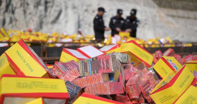 广州警方集中销毁24吨非法烟花爆竹