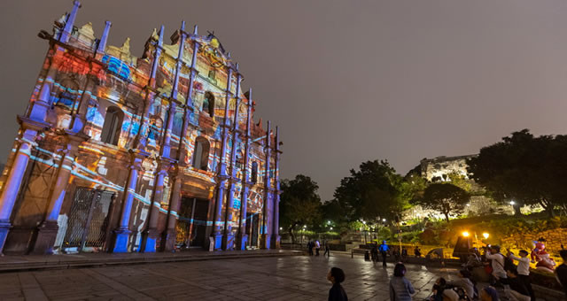 澳门:光雕表演为大三巴牌坊披上彩衣