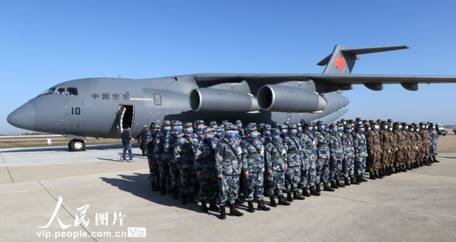 空军第四次向武汉空运医疗队队员和物资