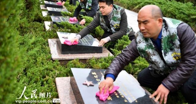 安徽亳州:志愿者擦拭墓碑祭英烈