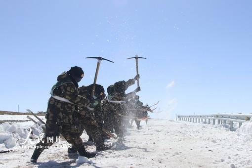 新藏公路:武警官兵昼夜破冰除雪保畅通