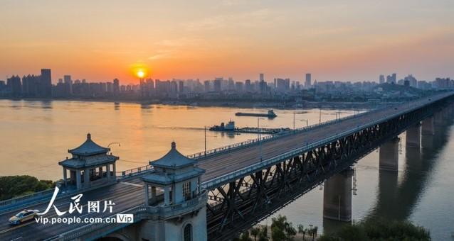 朝霞映照武汉长江大桥