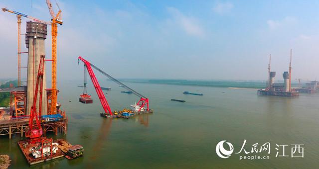 安九高铁鳊鱼洲长江大桥架设钢箱梁