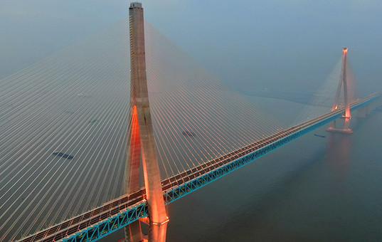沪通长江大桥亮灯调试 展现迷人夜景