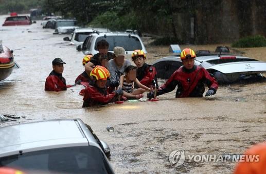韩国多地暴雨成灾 房屋田地道路被淹