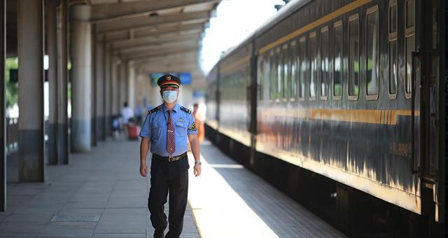图片故事:暑运中列车长的工作