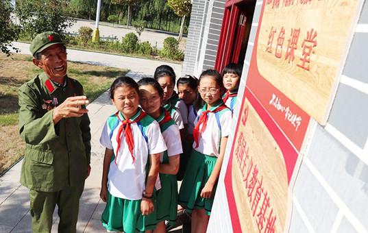 河北邯郸:抗战老兵给孩子们讲革命故事