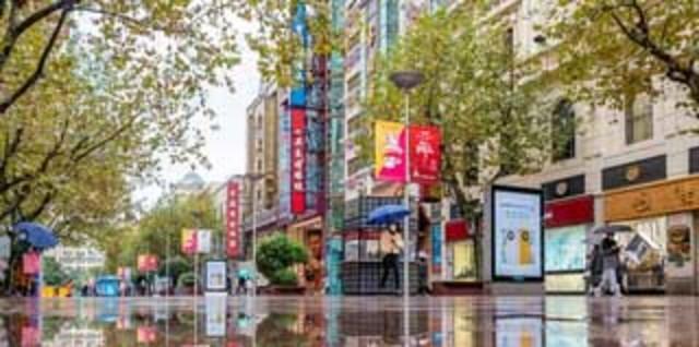 上海南京路步行街雨景迷人