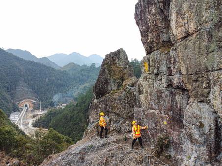 银岭隧道巡守工:值守深山观测危石