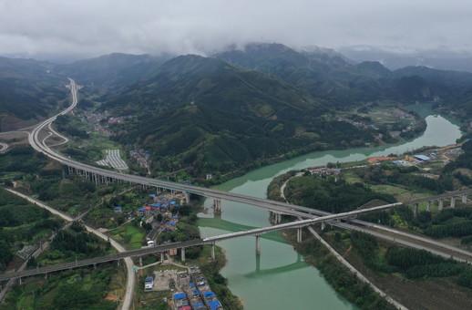 广西:千折百转通深山