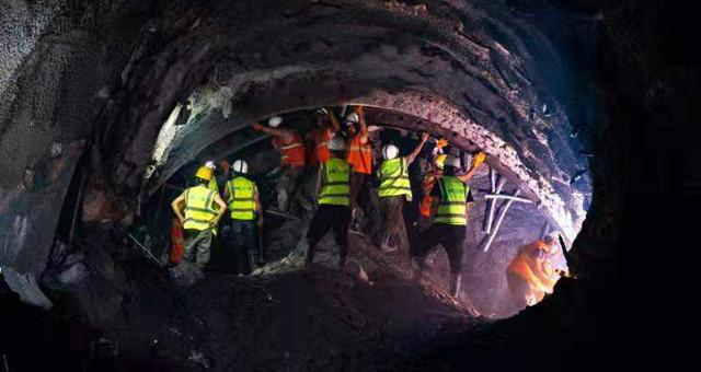 14年经历近百次3级以上地震的隧道贯通!