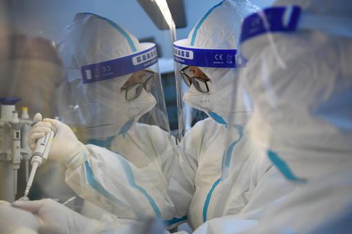 """与病毒""""赛跑""""——探访核酸检测实验室"""