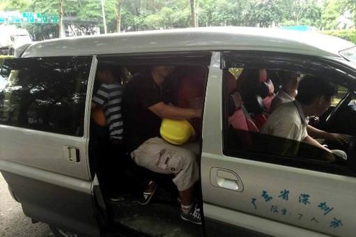 深圳交警拦下一辆小面包车 里面钻出17人