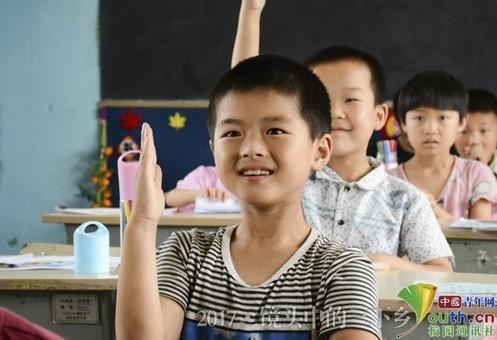 高校学子支教留守儿童:认真学习的模样 真美