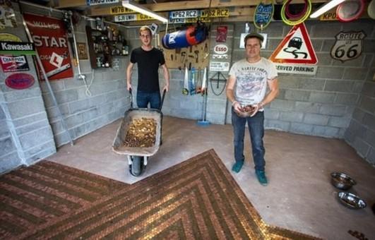 英父子用3万余枚硬币铺车库地板