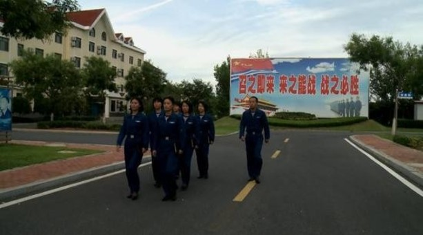 中国海军首批空中女战勤员加入战斗序列