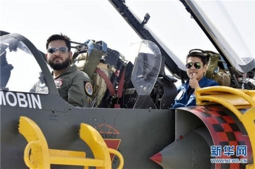 中巴空军飞行员同乘对方战机对抗训练