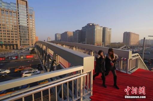 中国最长跨度铝合金天桥开通
