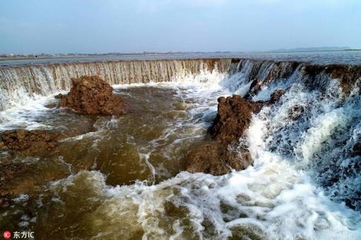 降雨冲刷鄱阳湖湿地成河沟 落差近2米现瀑布奇观