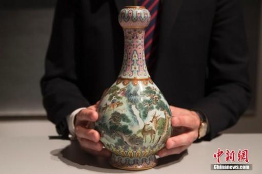 乾隆时期瓷瓶将拍卖 曾雪藏鞋盒几十年