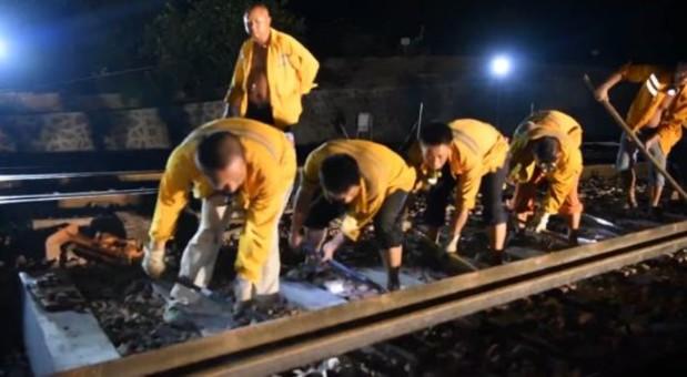 又见中国速度!500人3小时完成铁轨拨接