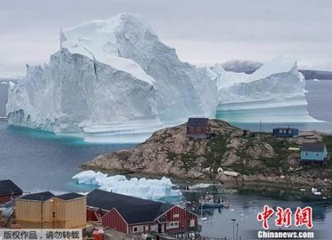 巨型冰山漂到格陵兰岛岸边 若崩解恐引海啸