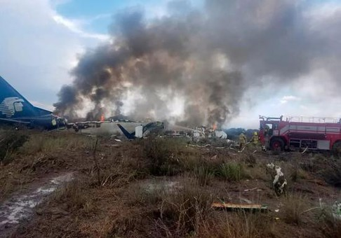 墨西哥载百人客机坠落 乘客:像被闪电击中