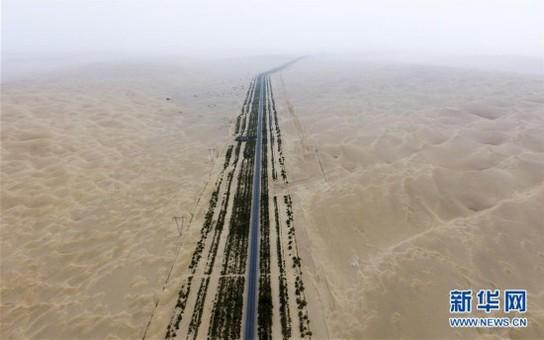 空中俯瞰新疆第一条沙漠公路