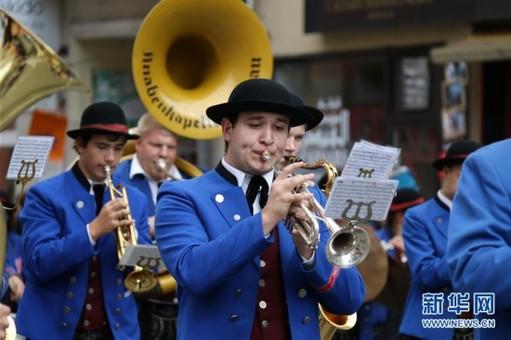 第185届慕尼黑啤酒节举行盛装游行