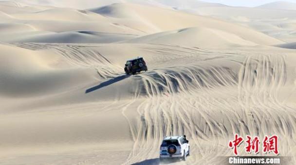 """新疆:塔克拉玛干沙漠上演""""速度与激情"""""""