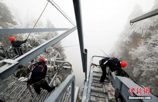 """风雪中的""""小红帽"""" 战低温保旅游安全"""