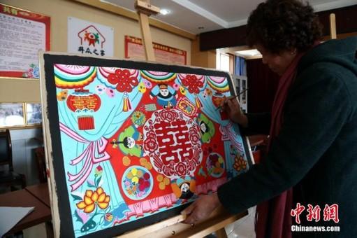 青海花甲农民笔尖绘出独特高原民族风情