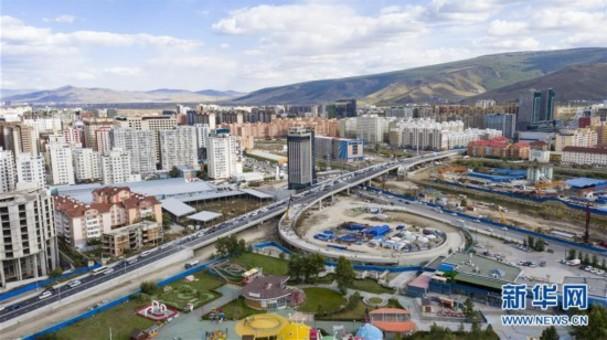 中国企业承建的蒙古国最大立交桥主桥通车