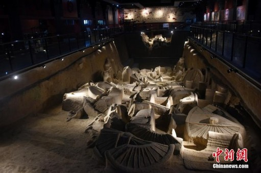 河南新郑市博物馆展示春秋战国时期文物