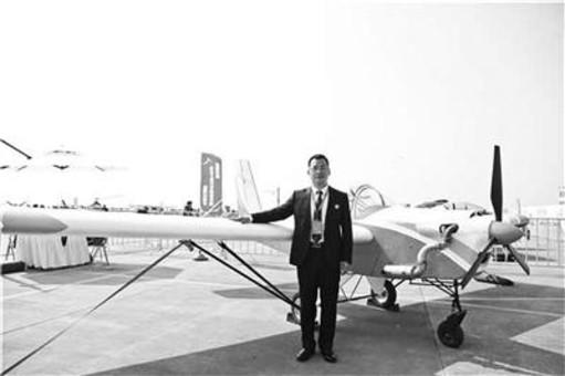 大学生攒钱造飞机