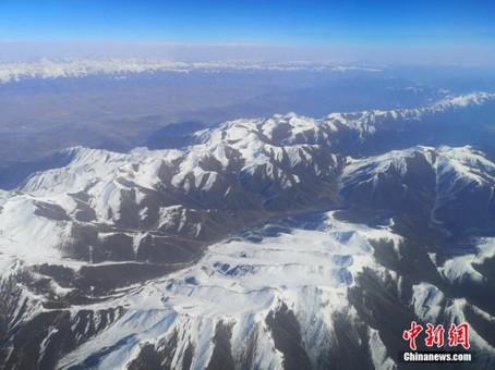 初冬航拍祁连山 白雪皑皑蔚为壮观