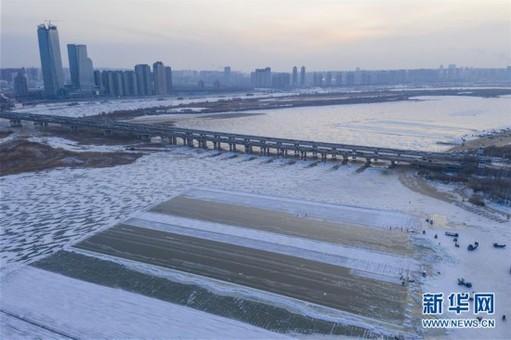 松花江哈尔滨段 工人进行采冰作业