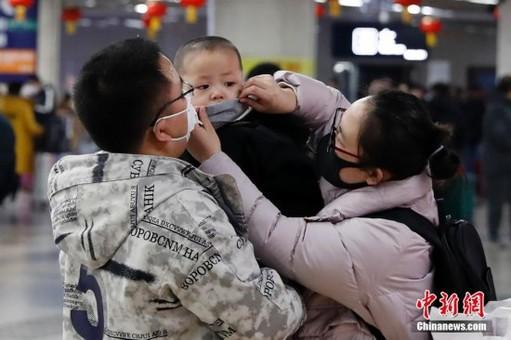 北京西火车站旅客佩戴口罩出行