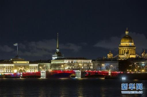 """圣彼得堡宫廷桥点亮""""中国红"""""""