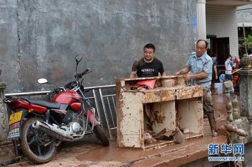 湖南泸溪:洪水过后清淤忙