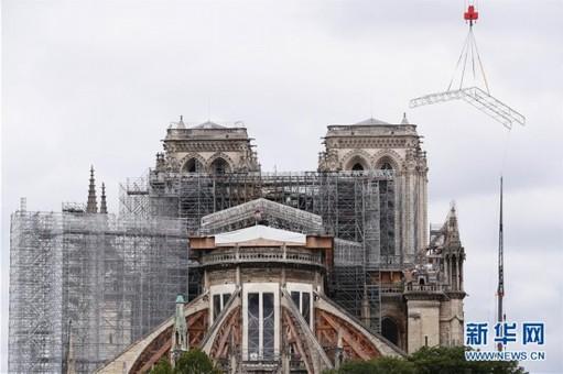"""法国考虑""""按原样""""重建巴黎圣母院塔尖"""