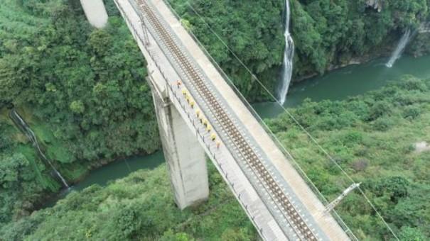 在创世界之最的铁路桥上飞檐走壁!