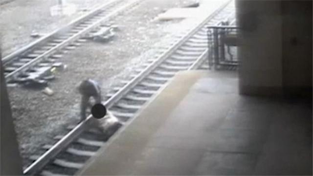 美国:生死时速 警察救下卧轨男