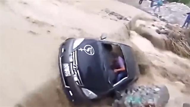 汽车硬闯洪水 司机跳窗脱险